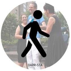 DAPR-sta is geschikt voor mensen die zelfstandig bewegen. Eventueel maak je gebruik van een rollator of een wandelstok. Het vastpakken van een rits of dichtdoen van een knoop is lastig.