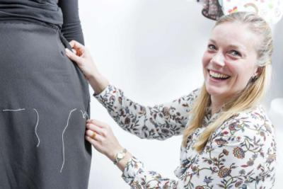 Het ontwerp van de hoge kwaliteit aangepaste broek is tot stand gekomen in samenwerking met ervaringsdeskundigen, ergotherapeuten en professionele ervaring van maatcoupeuse.