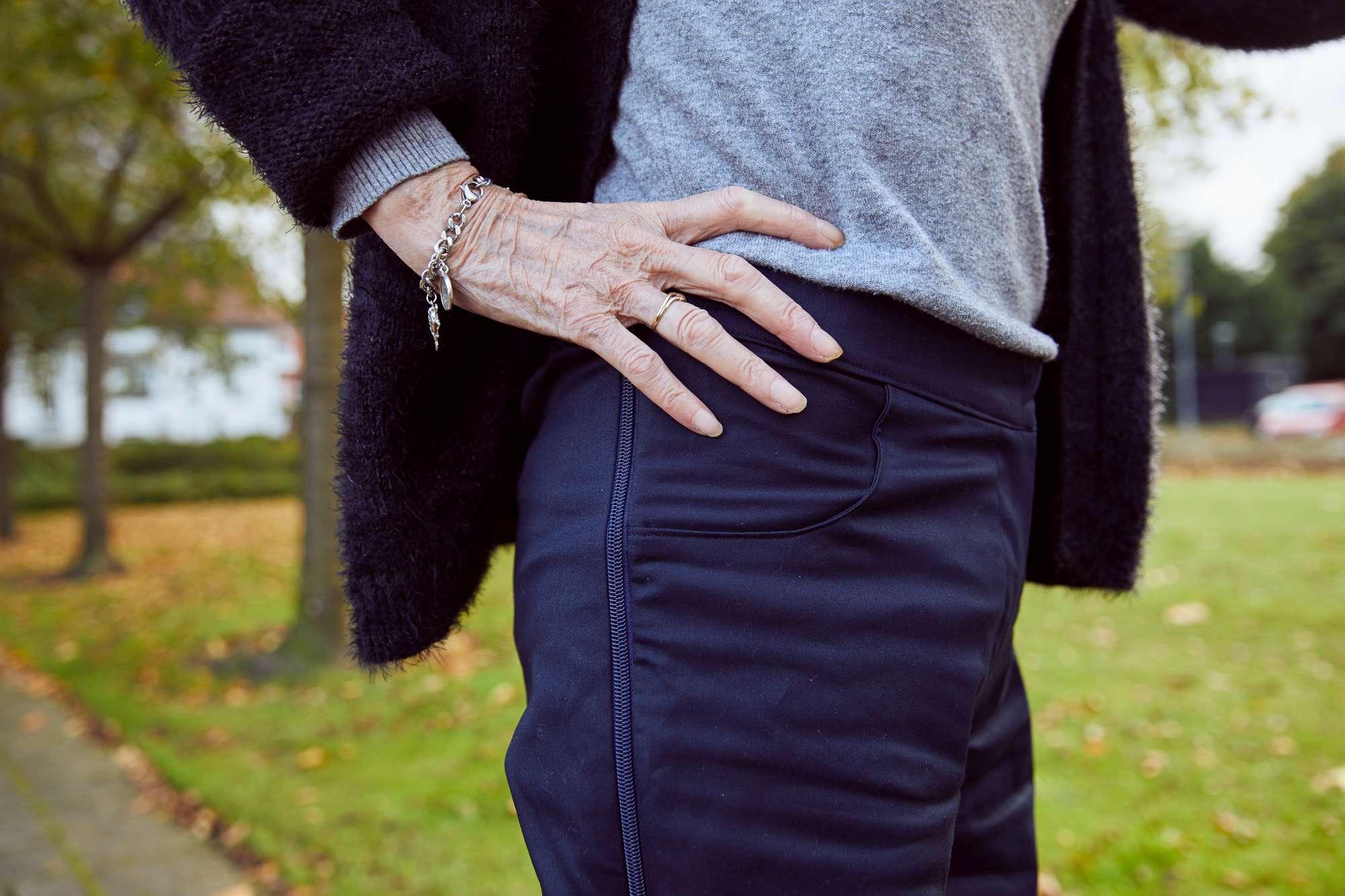 Voorkom gedoe aan het lijf Sneller aan- en uitkleden dankzij ritsen in de broek.  Ritsen zijn een uitkomst voor zowel mensen die lopen als mensen die in een rolstoel zitten.  Iemand met dementie kan het heel vervelend vinden als er mensen aan hem zitten om bijvoorbeeld te verkleden of verschonen. Het kan angst, schaamte of weerstand oproepen.  Tijdens het lopen kunnen de ritsen al worden open geritst en kan iemand snel verschoont worden. De tijd van aan- en uitkleden wordt verkort.   Of iemand kan liggend op bed worden aangekleed, omdat het fysiek te inspannend is geworden om een broek aan te trekken.  Wat een bijkomend voordeel is, is dat als iemand onbewust schaamte voelt. Je dankzij een broek met ritsen de tijd dat iemand in zijn ondergoed is, aanzienlijk verkort. Dat voorkomt stress en weerstand.  Bekijk hier de broekenpagina van DAPR Fashion.