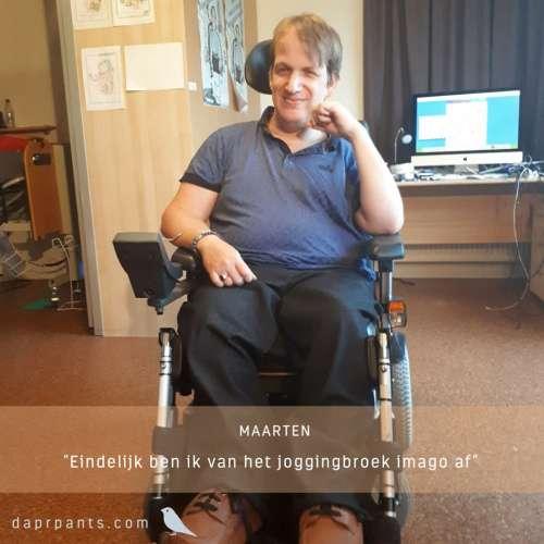 Maarten draagt een DAPR-zit in zijn rolstoel en is eindelijk van het joggingbroekimago af en draagt nu een goed passende broek in stijl die voldoende comfort biedt