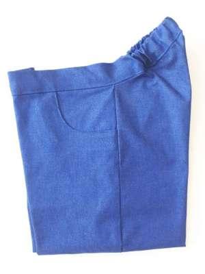 De achterkant van de roltoel broek is hoger. Er zit elastiek in de band. In de basis uitvoering is de broek voorzien van sierzakken en een siergulp. Verder zijn er geen knopen of ritsen.