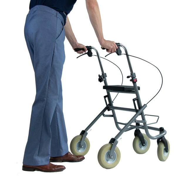Broek met elastiek Deze broek is voor de (redelijk) zelfstandige mens, die eventueel gebruik maakt van een rollator of wandelstok. Dankzij dit ontwerp gaat het aan- en uittrekken makkelijk. Zelfstandig naar het toilet gaan, is (vaak) weer mogelijk. Door het elastiek in de band blijft de broek goed zitten. Een riem of bretels dragen is niet meer nodig. Aan het riemlusje kan een sleutelbos of telefoon met eventueel valarm vastgemaakt worden. Broeken hebben een iets verhoogd achterpand. De steekzakken zijn iets lager geplaatst en schuin om schouders te ontlasten. De broek kan worden uitgebreid met een gulp en haaksluiting.