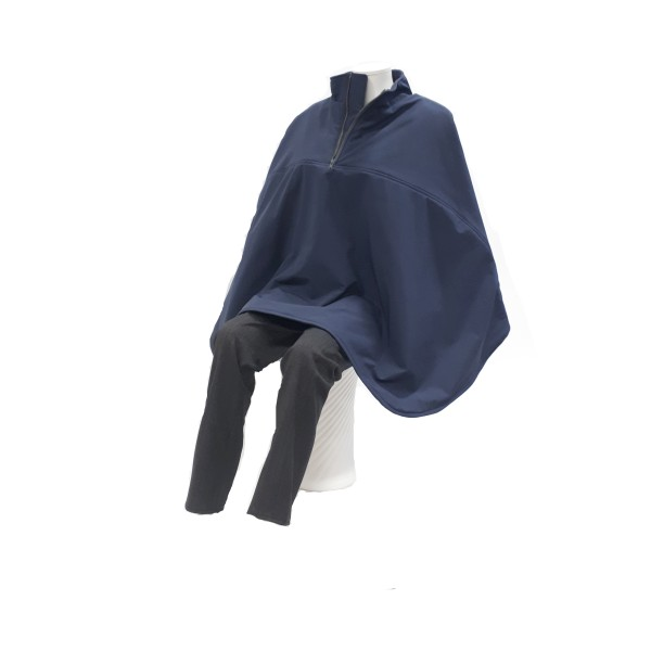 De rolstoelcape is een lekker warme cape die wind- en waterdicht is en voor de winter met een gewatteerde stof is gevoerd.