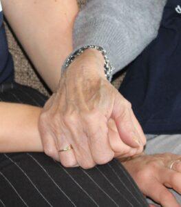 Enerzijds zijn er de praktische handelingen zoals het knoopje open- en dichtdoen en de rits van de broek dichtritsen.  Anderzijds het gevoel van angst om het hoofd door een donker gat van de trui te steken of weerstand om aangeraakt te worden.  Op deze pagina geef ik je praktische handreikingen op welke manier aangepaste kleding kan helpen bij mensen met dementie. Ik geef je kledingtips waar je op kunt letten bij het aanschaffen van kleding.  Daarnaast kijk ik verder dan alleen kleding en bied ik alternatieve tips op het gebied van muziek en geur. Op welke manier dit ondersteunend kan werken bij aan- en uitkleden en andere dagelijkse handelingen.