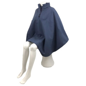 Schuin vooraanzicht van de donker blauwe korte warme winddichte en waterafstotende rolstoelcape CLASSIC