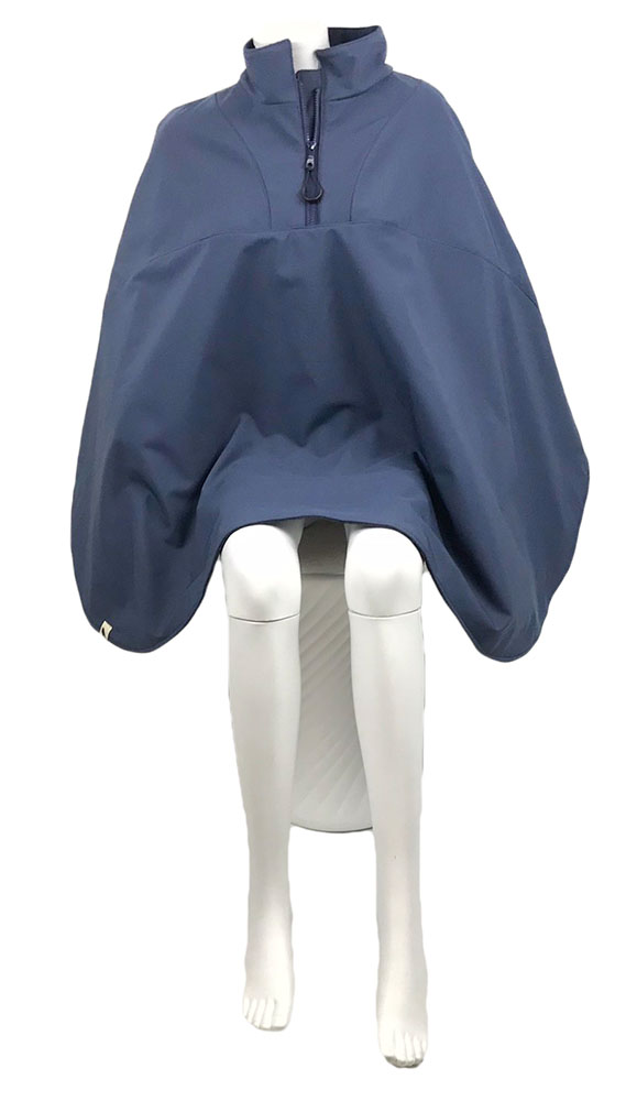 Vooraanzicht van de donker blauwe korte warme winddichte en waterafstotende rolstoelcape CLASSIC