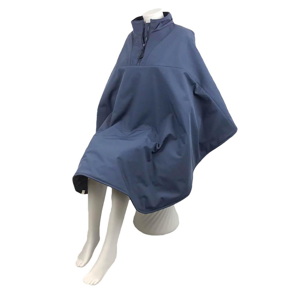 Schuin vooraanzicht van de donker blauwe lange warme winddichte en waterafstotende rolstoelcape CLASSIC