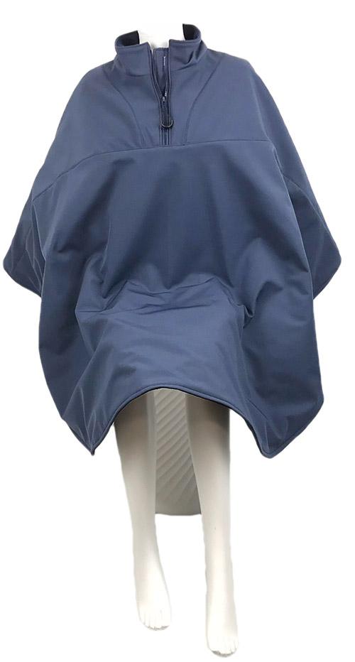 Vooraanzicht van de donker blauwe lange warme winddichte en waterafstotende rolstoelcape CLASSIC