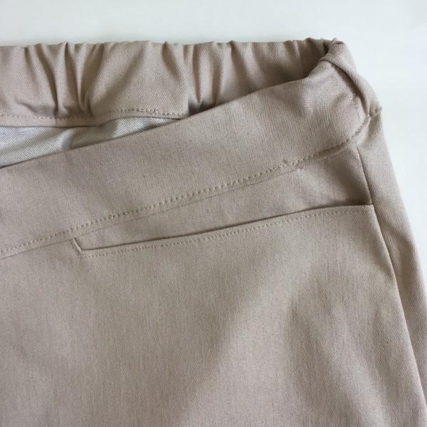 Deze bermuda voor heren geeft stijl en comfort. De stof is zeer huidvriendelijk, licht en luchtig en gaat niet irriteren op de huid. De broeken zijn zeer duurzaam en slijtvast.De broek knelt niet om de buik dankzij het gebruikte elastiek.De achterkant van de broek is verhoogd.Bij de rolstoelbroek is deze nog iets extra verhoogd.Er is voldoende ruimte in het zitvlak voor het niet-zichtbaar dragen van incontinentiemateriaal.In het ontwerp is rekening gehouden met zo min mogelijk naden voor optimaal comfort.Er zitten horizontale zakken in, deze gaan niet openstaan bij het zitten. Zo kun je wel bijvoorbeeld een zakdoek of sleutel erin doen.De prijs is inclusief verzendkosten. Wil je de broek op maat laten maken, maak dan een pasafspraak.Het materiaal is 90% katoen 2% elasthan (voor een beetje rek) en 8% polyester voor pasvorm- en kleurbehoud.
