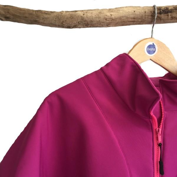 Voor een warme jas wordt een gewatteerde voering gebruikt. Voor een zomerjas wordt een satijnachtige voering gebruikt die heel zacht aanvoelt. Waar niet vaak aan gedacht wordt, is wat de invloed is van het gewicht van de kleding die op je leunt. Hoe lichter in gewicht, hoe minder het lichaam wordt belast. Daarmee bespaar je niet alleen energie, maar vaak ook pijn.⠀ Softshell is licht in gewicht. Andere voordelen van deze stof zijn: * winddicht * waterafstotend * ademend * makkelijk schoon te maken