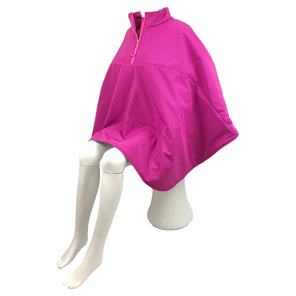 Schuin vooraanzicht van de roze korte warme winddichte en waterafstotende rolstoelcape PRETTY IN PINK
