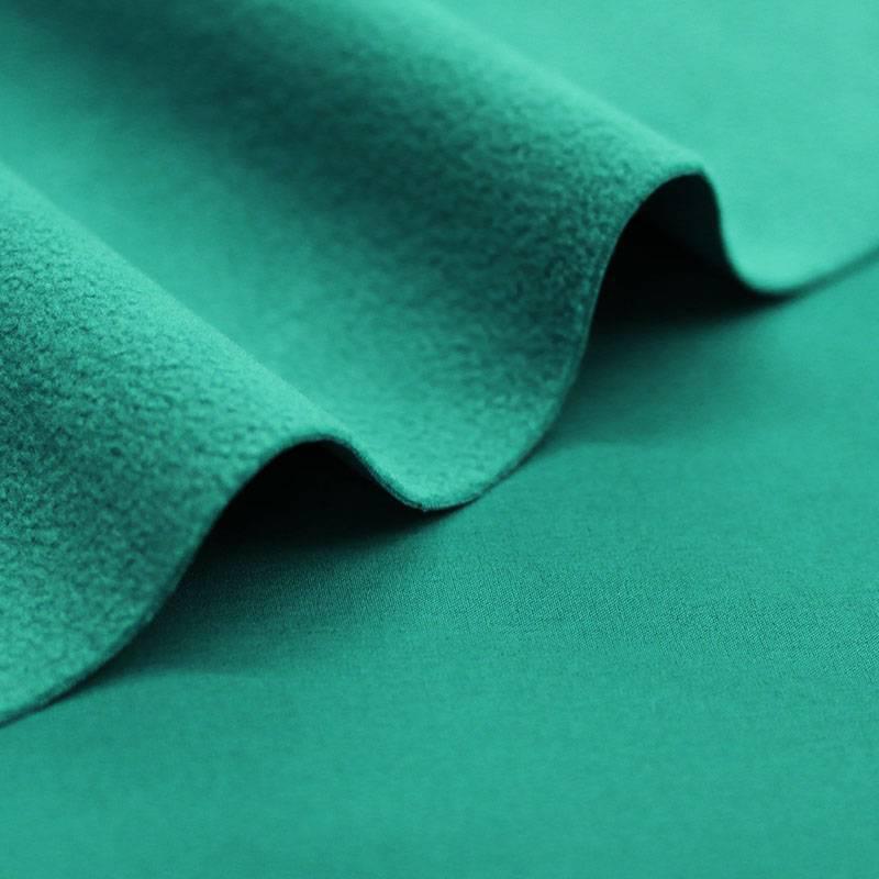 Het materiaal van de rolstoelcape is een lekker warme cape die wind- en waterdicht is en voor de winter met een gewatteerde stof is gevoerd.