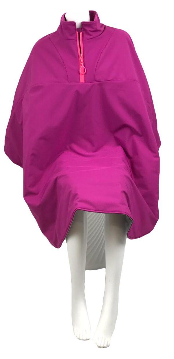 Vooraanzicht van de roze lange warme winddichte en waterafstotende rolstoelcape PRETTY IN PINK