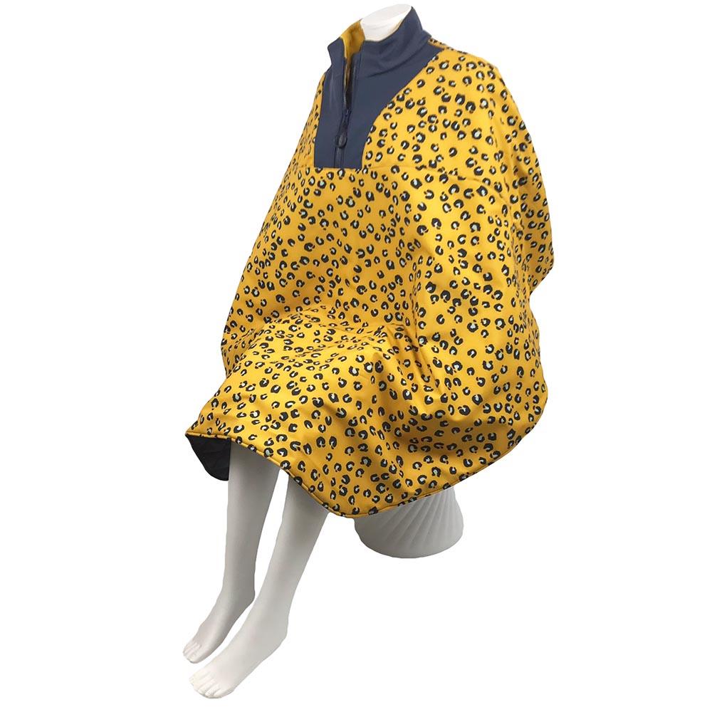 Schuin vooraanzicht van de oker gele lange warme winddichte en waterafstotende rolstoelcape met panterprint ROAR