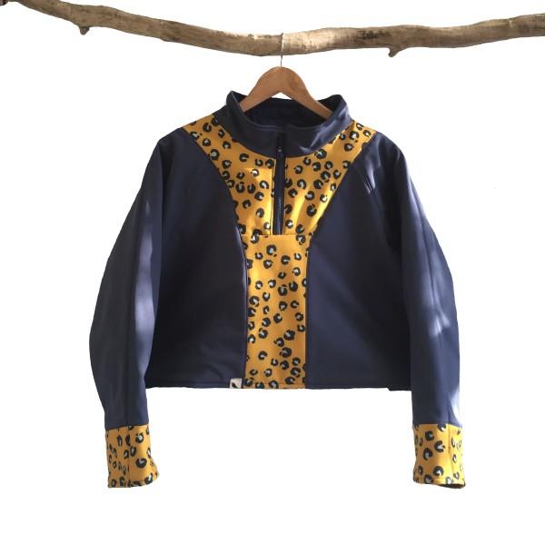 De orthesejas van DAPR fashion wordt op maat gemaakt en heeft een leuke, vlotte uitstraling. Een jas waar Brenda goed in kan bewegen.