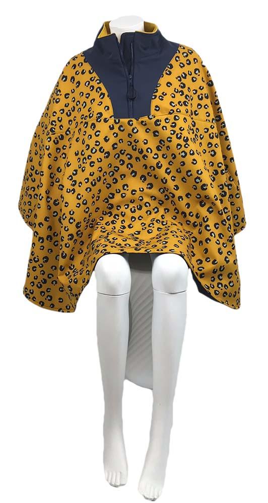 Recht vooraanzicht van de gele winddichte en waterafstotende zomer rolstoelcape met patroon ROAR