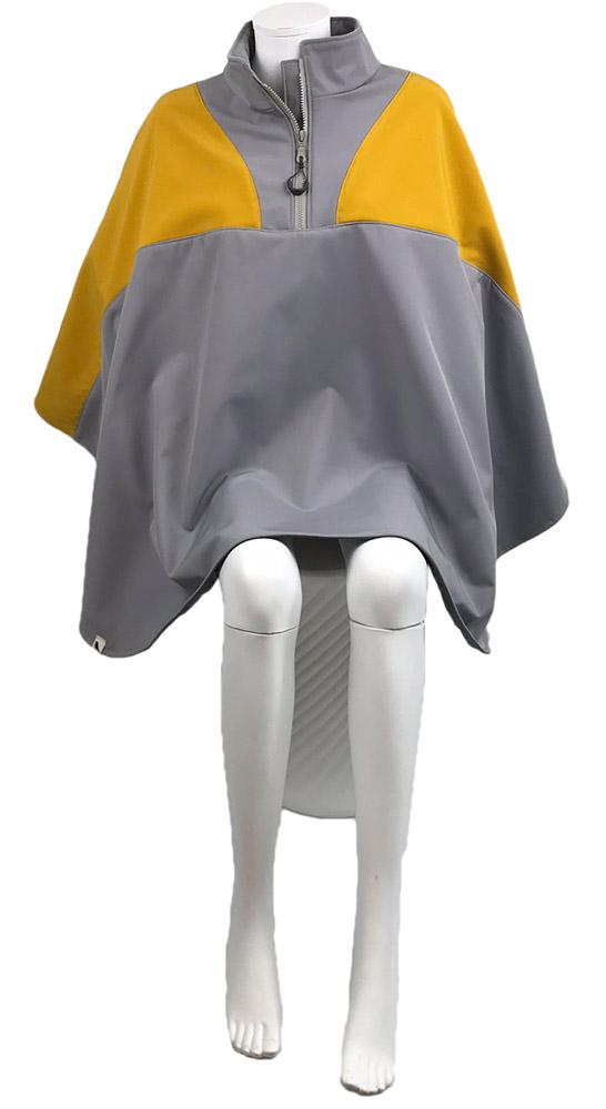 Recht vooraanzicht van de grijs met gele winddichte en waterafstotende zomer rolstoelcape SUNSET