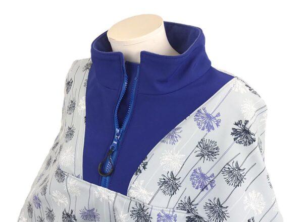 Een detailfoto van de blauwe kraag en rits van de winddichte en waterafstotende lichtblauwe rolstoelcape met bloemen motief ROYAL BLOOM