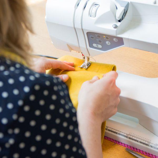 Laat je zien! Met de orthesejassen van DAPR Fashion, willen we je uitnodigen om je te laten zien, zoals je bent.  Kleding dragen die modieus, comfortabel en makkelijk aan te trekken is. Dat vraagt een perfecte balans tussen goede kwaliteit stoffen, een uitstekende pasvorm en op een innovatieve manier het ambachtelijke vak uitoefenen. Wij laten je mogelijkheden zien en denken graag met je mee.