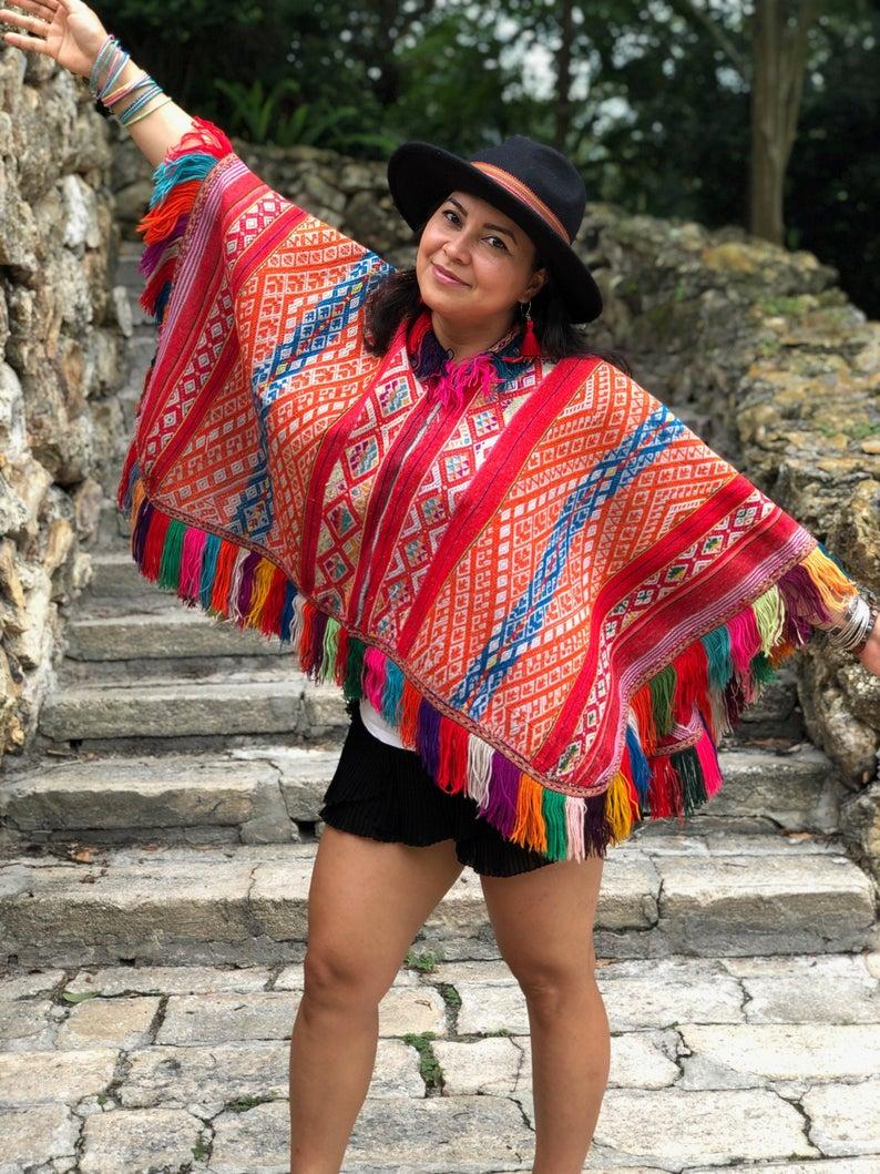 (bronnen: wikipedia, encyclo en artsandhistory)  De poncho is een kledingstuk dat van origine uit Zuid- Amerika komt. Het komt uit het grensgebied tussen Chili en Argentinië. Het is een rechthoekige doek met in het midden een gat om het hoofd door te steken.   Zoals je op de foto kunt zien is het een prachtig geweven doek met felle kleuren.