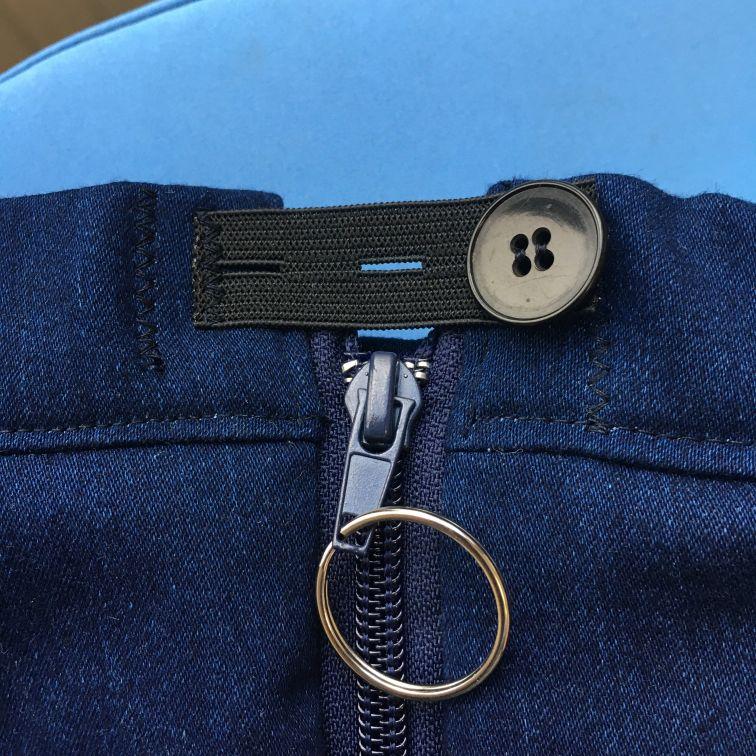 Knoopsgaten elastiek maakt het aantrekken van een rolstoelbroek makkelijker.