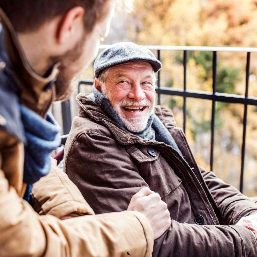 Warme benen zonder dat een dekentje tussen de wielen glijdt. Waarschijnlijk ben je bekend met een fleecedeken of wollen plaid. Die stop je in aan de zijkant en sla je om achter de benen. Een logische eerste keus, maar is dat ook de beste keus? De beste keus voor je geliefde partner, ouder of grootouder? De kans is groot dat een dekentje onderweg wegglijdt of zelfs tussen de wielen belandt. Wij geloven dat liefdevolle zorg betekent dat je aandacht hebt voor elkaar. Aandacht zonder afleiding in de vorm van een dekentje dat wegglijdt. Met gedoe en koude benen tot gevolg. Onze beenhoes met voetenzak en schootkleed voorkomt gedoe en zorgt ervoor dat je binnen 5 minuten aan je ommetje kunt beginnen.