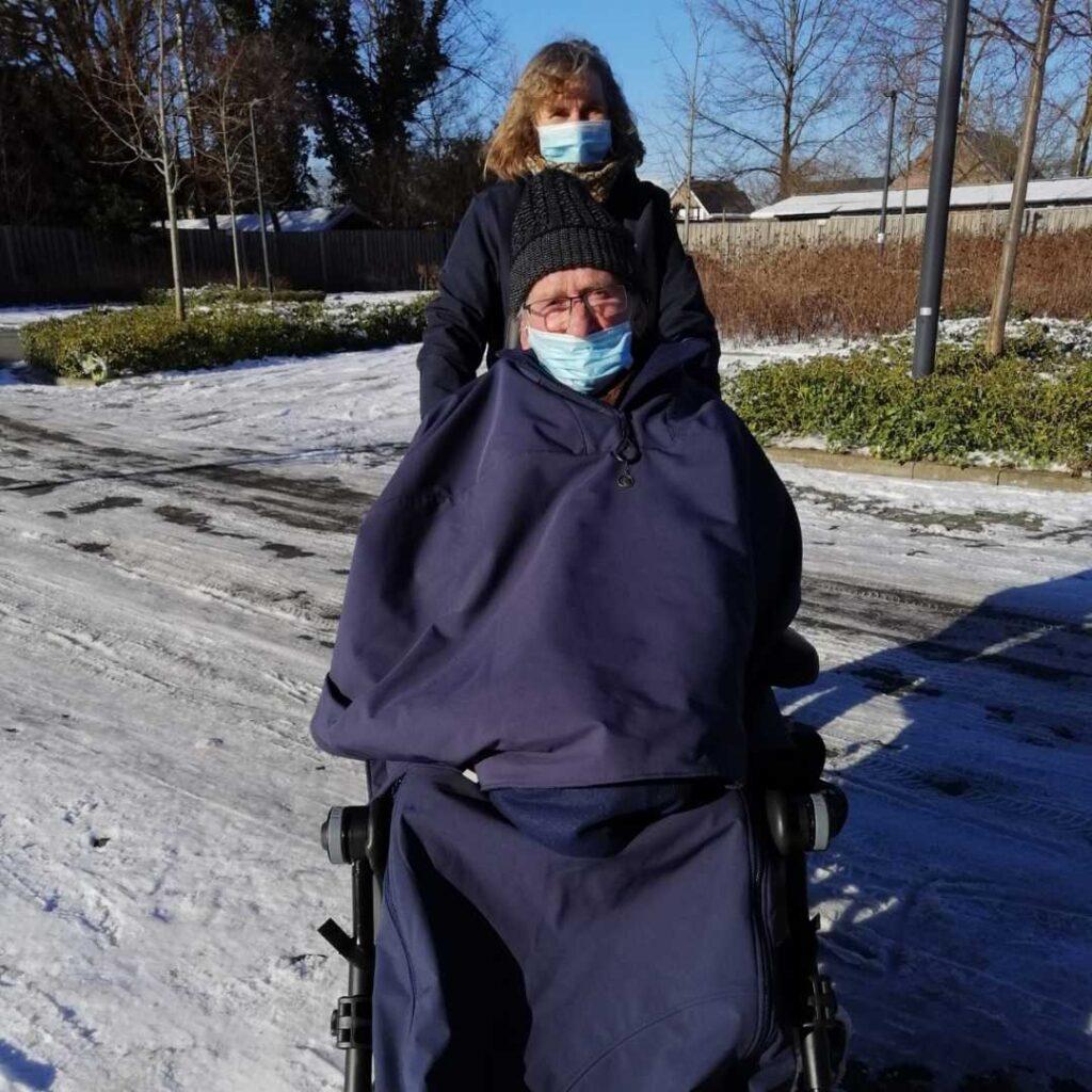 Warm in een rolstoel bij regen en vrieskou.  De beenhoes bevalt uitstekend! Sinds we ze kregen, zijn we elke dag gaan wandelen, en wil hij niet meer terug naar binnen! Bij slecht weer zijn we vaak de enige wandelaars van heel het woonzorgcentrum. We hebben al gewandeld bij regen en vrieskou! En hij krijgt vaak complimentjes over zijn nieuw outfit!