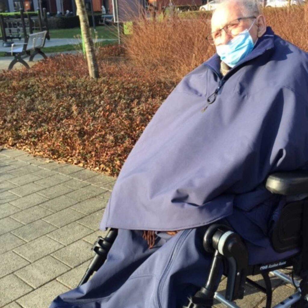 Warm in een rolstoel bij regen en vrieskou.De beenhoes bevalt uitstekend! Sinds we ze kregen, zijn we elke dag gaan wandelen, en wil hij niet meer terug naar binnen! Bij slecht weer zijn we vaak de enige wandelaars van heel het woonzorgcentrum. We hebben al gewandeld bij regen en vrieskou! En hij krijgt vaak complimentjes over zijn nieuw outfit!